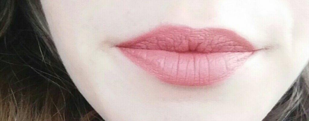 Rouge à lèvres melted matte de Too Faced sur les lèvres