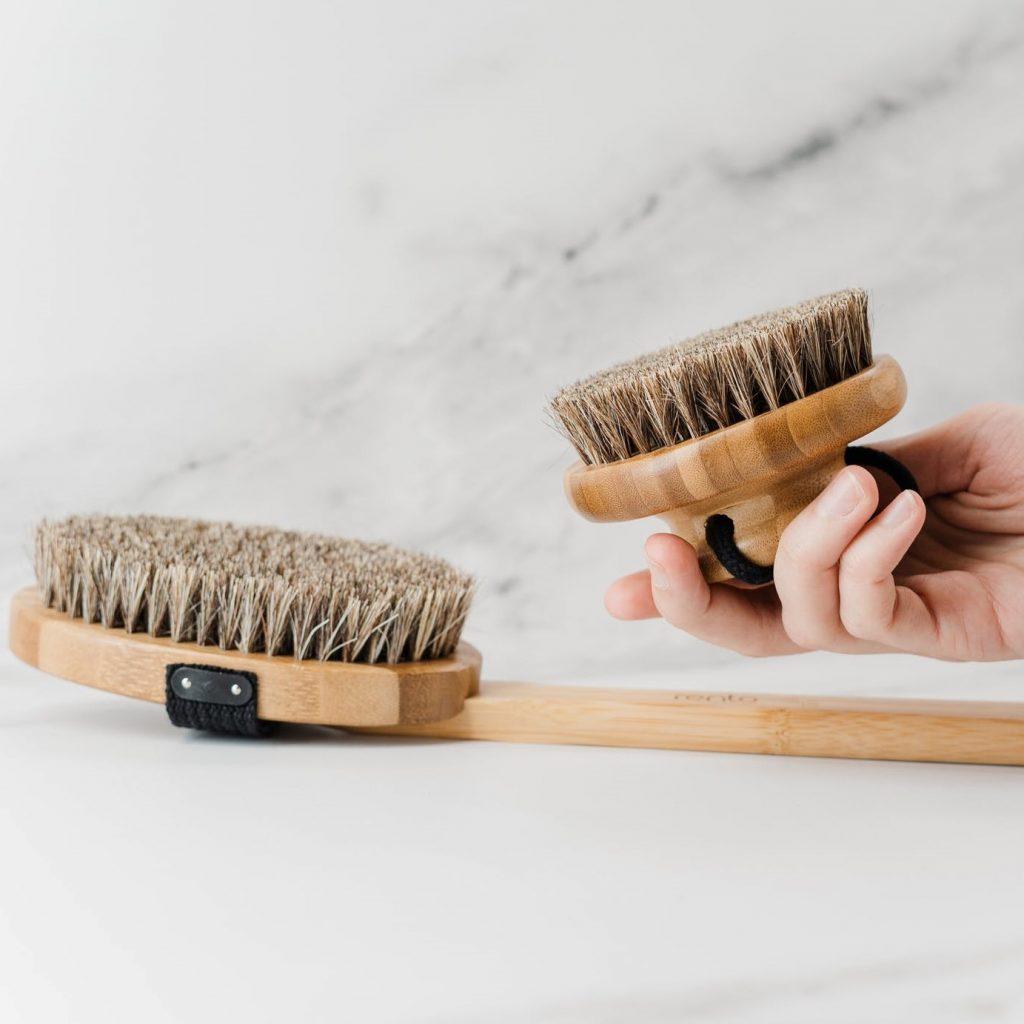 Deux brosses en poils naturels pour réaliser un brossage à sec