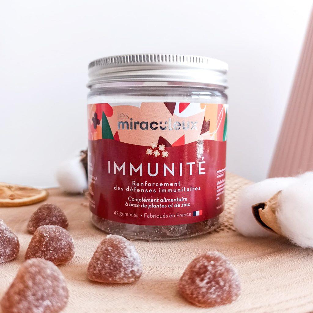 photo des gummies Immunité de la marque Les Miraculeux sur un plat en bois